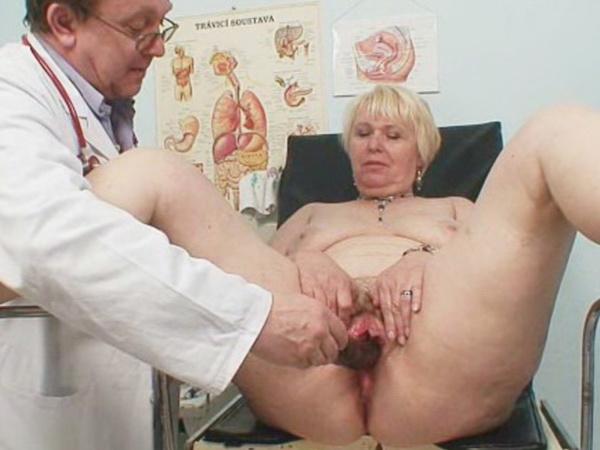 Видео где пожилая тетя показывает влагалище доктору #1